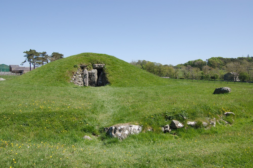 Photo of the entrance Bryn Celli Ddu burial chamber